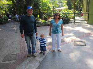 Benício com os meus pais no Orquidário. Ele correu muito e amou ver os animais (principalmente o pavão!!!)