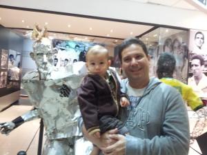 """Vejam a """"estátua"""" do Neymar! Linda...lógico que a estrela desta foto é o Benício hehehehehe"""
