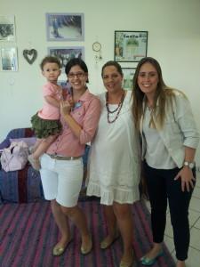 """Vejam a estrela do Projeto no colo da mãe """"a Gaby"""". Na foto também: Nathália Donato, Adriana Vieira e Euzinha!"""