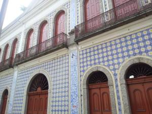 Casa da Frontaria Azulejada - O bonde passa por este bem histórico todo feito em azulejo. Hoje é uma casa de eventos.