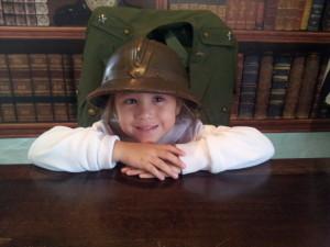 """Como simples atitudes, encantam as crianças. Ela amou tirar foto com este capacete antigo e sentar à mesa do """"General""""."""