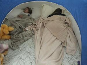 Fomos abandonadas no meio da noite pelo Benício e o Papai. Aff...