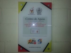 Esta é a placa que identifica a ASI como Centro de Apoio do Mc Donalds. Fica na entrada da instituição.