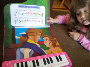 Este livro tem até microfone e através das cores, ensina a tocar a música!