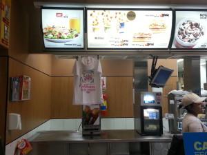 Para evitar filas no dia do Mc Dia Feliz, compre os vales Big Macs antecipadamente nas lojas. Valor: R$ 11,50 (vale 1 big mac)