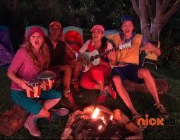 """Vejam que acampamento perfeito a """"luz do luar""""!!! hehehe foi deste desenho: The Fresh Beat Band foto: trakt.tv"""